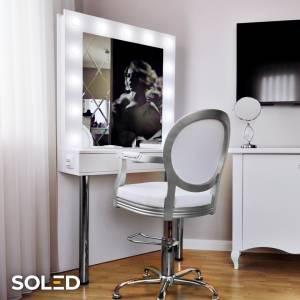 Stanowisko Hollywood MakeUp Stand to kompletne stanowisko wizażowe, które sprawdzi się zarówno w salonach wizażu, drogeriach, szkołach wizażu czy garderobach (koncertowych, teatralnych i prywatnych). Lustro doskonale oświetla twarz - żarówki LED rozmieszczone są na krawędziach i wystają ponad taflę lustra, a dodatkowo nie nagrzewają się i nie emitują ciepła, dzięki czemu ułatwiają wykonanie trwałego makijażu.  #soled #soledpl #hollywoodmakeupstand #stanowiskodomakijażu #stanowiskodowizażu #lustroled #lustrodowizażu #lustrodomakijażu #led #oświetlenie #oswietlenieled #skleponline
