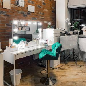 Uwielbiamy oglądać nasze produkty w Waszych salonach! Tym razem chcemy pokazać Wam nasze lustro (100x70cm z podstawką 70cm) w salonie pani Pauliny @paulinakalkucinska_makeup! 🥰  Teraz ten model dostępny jest w promocyjnej cenie z wysyłką w 24H!  #soled #soledpl #lustroled #lustra #lustrodowizażu #lustrodomakijażu #oświetlenie #oświetlenieled #makeupstudio