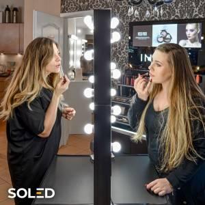 Szukasz profesjonalnego wyposażenia do swojego salonu? Nasza mobilna, dwustronna konsola Hollywood Dual powstało we współpracy z najlepszymi specjalistami - makeup artystami, właścicielami szkół wizażu, fryzjerami i makijażystkami. Duże lustra z obu stron pozwalają na jednoczesną i niezależną pracę dwóch osób. Wysunięte ponad taflę szkła żarówki LED równomiernie oświetlają twarz.  #soled #soledpl #lustro #lustradowizażu #lustrodomakijażu #lustraled #led #ledlights #ledmirror #ledmirrors