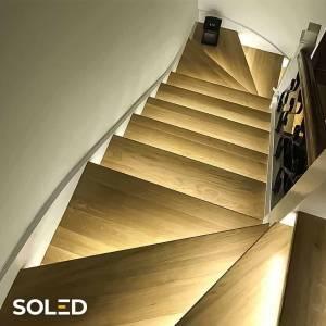 Oświetlenie schodowe LED to doskonałe rozwiązanie podświetlające schody! Unikalna konstrukcja z subtelnym źródłem światła akcentuje wystrój klatki schodowej, a dodatkowo ułatwia korzystanie ze schodów w nocy bez włączania oświetlenia głównego. Inteligentny sterownik schodowy SCR Soled włączy podświetlenie w momencie wejścia na pierwszy stopnień schodów i wyłączy kiedy z nich zejdziesz.  Skonfiguruj online podświetlenie swoich schodów i poznaj cenę!   #oswietlenie #led #schody #sterownikruchu #soledpl #oswietlenieschodowe